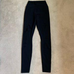 ALO Yoga Pants & Jumpsuits - 🎉SALE🎉 EUC ALO Yoga Ripped Warrior Leggings XS